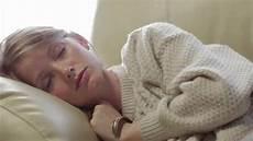 4 Stunden Schlaf - wegen 8 stunden mit diesem trick reichen 4 5 stunden