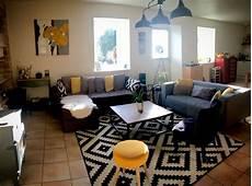 decoration salon graphique noir et blanc jaune bois