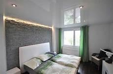 wände gestalten schlafzimmer schlafzimmer gestalten ideen mit dekoration stein an der wand