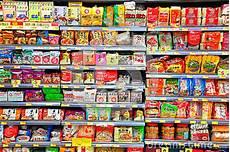 scaffali supermercato tagliatelle istantanee sugli scaffali supermercato