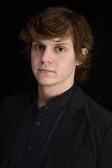 evan peters evan peters amtc grad plays quicksilver in days