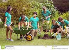 Arbeiten Im Garten - gl 252 ckliche freunde die f 252 r die gemeinschaft im garten