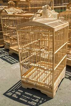 gabbie di legno per uccelli gabbie di legno per gli uccelli al mercato di pasar ngasem