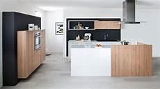 strak kookeiland met inbouw kastenwand keukens op maat