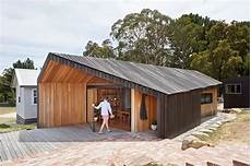 house with funky roof angles cette maison bois design s inspire des cabanons de
