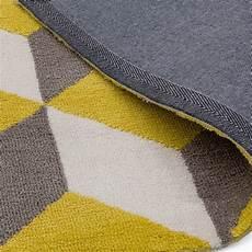 tapis contemporain haut de gamme jaune aux motifs