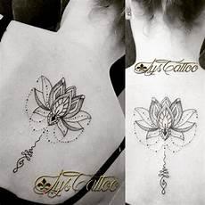 tatouage dos femme fleur de lotus unalome etperles