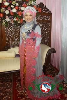 Paduan Warna Silver Abu Abu Dan Pink Pada Jilbab Pengantin