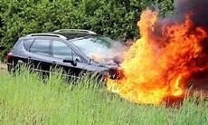 Auto In Flammen Verhalten Bei Fahrzeugbrand Autozeitung De