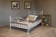 metallbett mit lattenrost 140x200 vintage flair metallbett 140x200 in weiss ecru oder