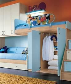 jugendzimmer einrichten kleines zimmer mädchen jugendzimmer mit einem hochbett und einem sofa blau und orange jugendzimmer gestalten 25