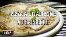 pizza au barbecue weber r 233 aliser une pizza 224 l italienne au barbecue weber les