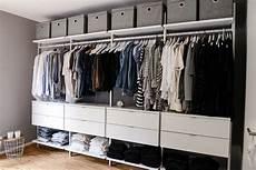 offener kleiderschrank weiß schlafzimmer einrichtung in grau