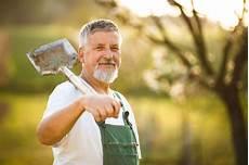 was kostet ein gärtner den garten anlegen lassen kosten und vorteile das