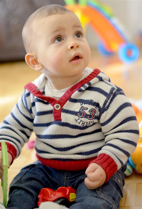 a quel age bébé tient assis dans une chaise haute bebe assis a 2 mois