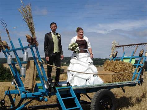 un mariage en vieux tracteur et charette une bonne id 233 e