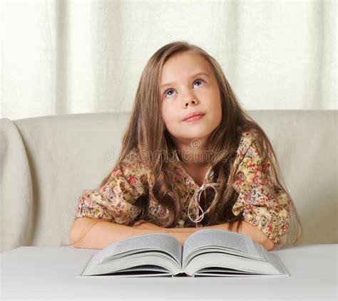 Sonhos Da Menina Ao Ler O Livro Foto De Stock Imagem De Pessoa Jogo 16854430
