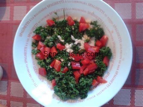 cuisines senegalaises ail persil poivron haché pour boulettes à la sauce tomate