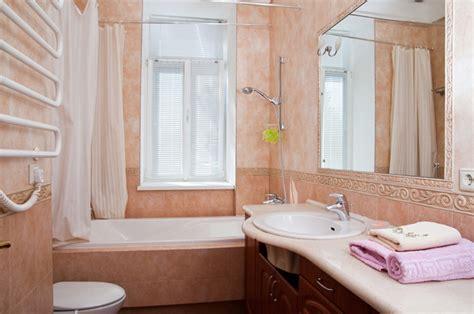 Ванна кімната з вікном