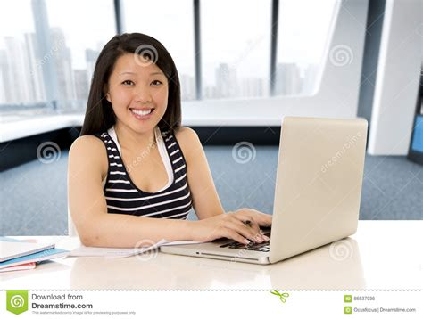 bureau asiatique femme asiatique chinoise travaillant et étudiant sur