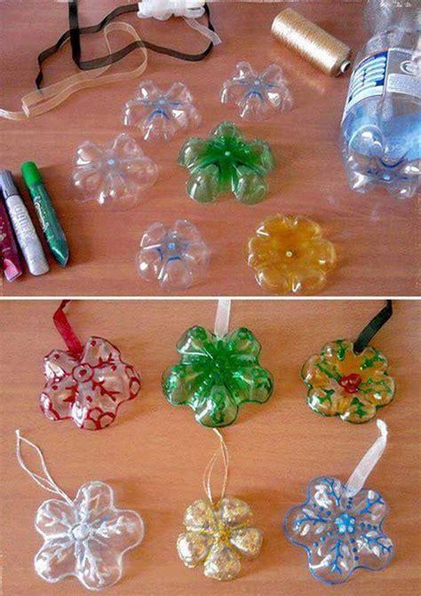 dom świąteczne ozdoby wykonane z plastikowych butelek