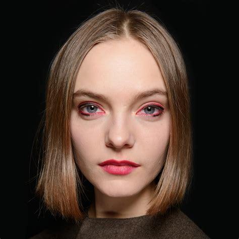 Красный макияж карих глаз с губной помадой для брюнеток и блондинок вечерний мейкап перламутровыми тенями с черной стрелкой.