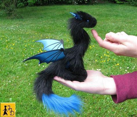 drache puppe fluegel posierbar schwarz blau fantasie tier kunstfell handgemacht pluesch jerseydays