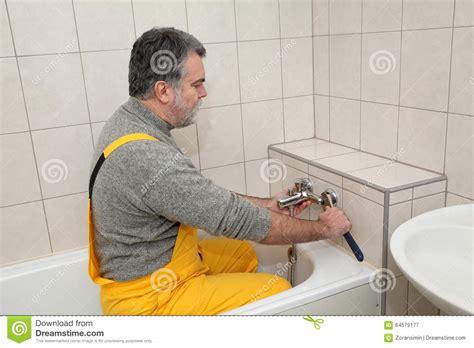 riparazione rubinetto l idraulico lavora in una riparazione rubinetto