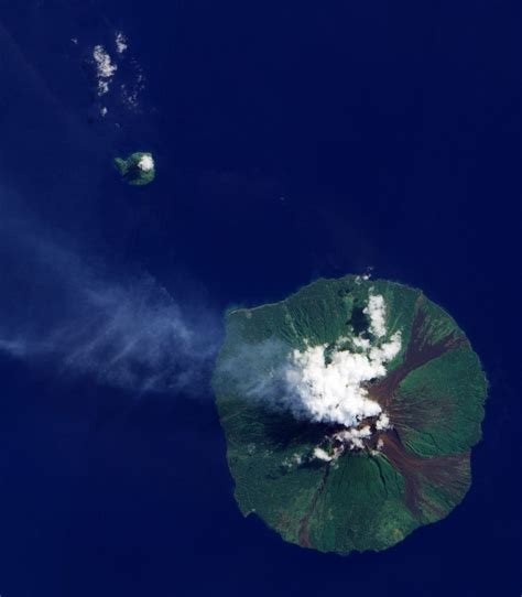 Manam Volcano.   Volcano, Cool landscapes, Science nature