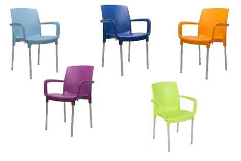 gekleurde plastic stoelen tuinstoelen in felle vrolijke kleuren ook voor terras of