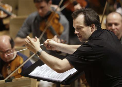 Kārlis Lācis sajūsmina Liepāju ar Latvju simfonijas ...