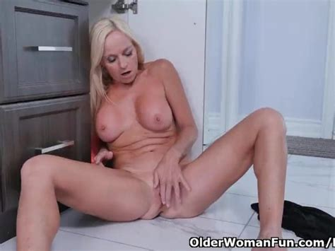 Canadian Milf Dani Dare Rubs Her Shaven Pussy Free Porn