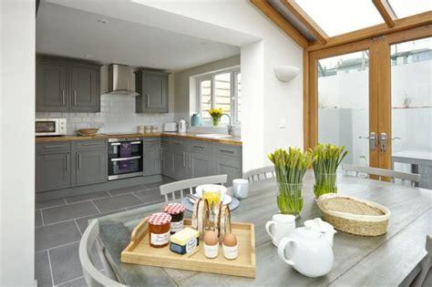 cuisine ouverte grise 73 idées de cuisine moderne avec îlot bar ou table à manger