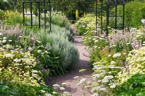 faire ses plans de cuisine générosité des floraisons dans un jardin anglais jardins