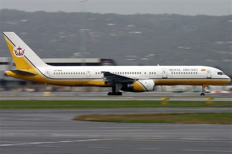 File:Royal Brunei Airlines Boeing 757-200 Smith.jpg ...