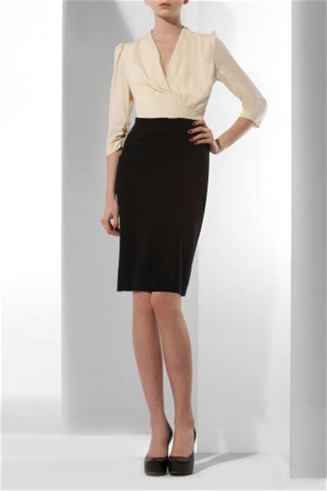 look bureau femme les 6 vêtements basiques que vous devez posséder dans