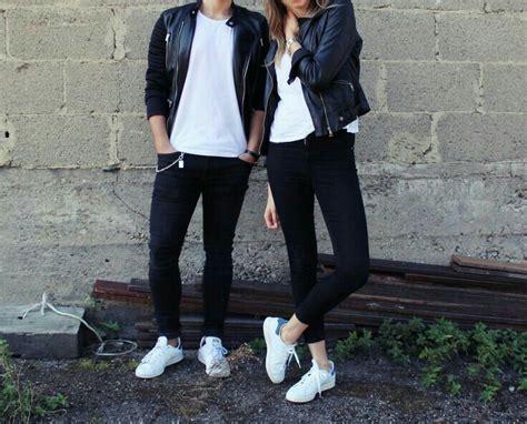Pareja vestidos iguales. Playera bu00e1sica blanca jeans negros tenis blancos y chaqueta negra ...