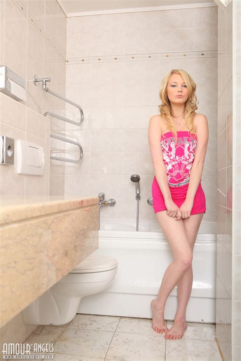 Blonde Washes Her Ass ← Nakedteensphotos