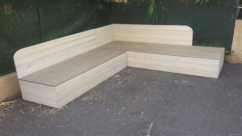 canapé en palettes banquette de jardin en bois de récupération et sa table