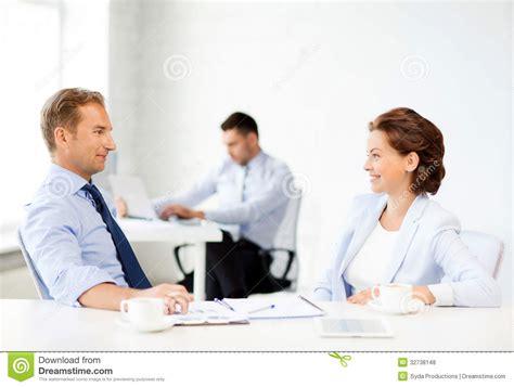bureau femme homme et femme discutant quelque chose dans le bureau
