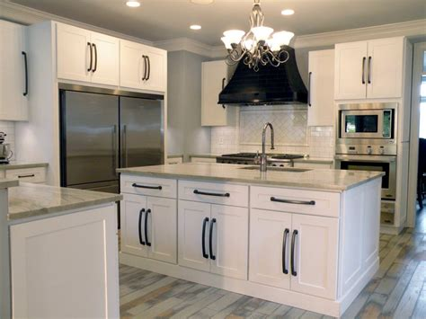white shaker kitchen cabinets with glass doors 573 White Shaker Kitchen Cabinets With Glass Doors 1024x768
