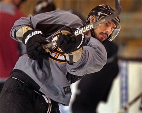 Boston Bruins re-sign centers Chris Kelly and Gregory ...