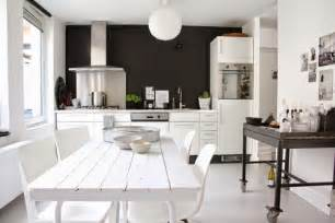 un mur noir pour une cuisine scandinave