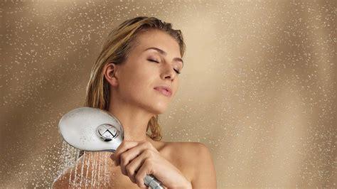 donne fanno la doccia troppe docce non fanno bene alla salute basta una doccia