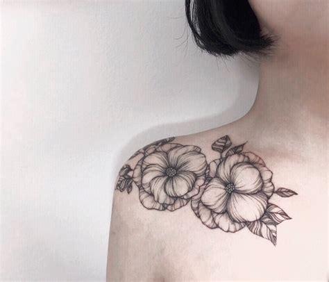 tatuaggio fiori sulla spalla tatuaggi piccoli sulla spalla quali scegliere tra i tanti