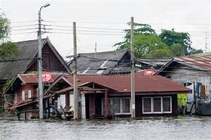 Günstige Häuser In Thailand : berschwemmte h user in bangkok thailand stockbild bild von monsun berschwemmung 21625057 ~ Orissabook.com Haus und Dekorationen
