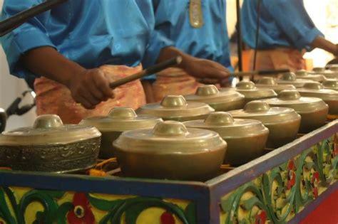Talempong merupakan alat musik tradisional khas suku minangkabau. 20 Alat Musik Tradisional Serta Asal Daerahnya - Kwikku
