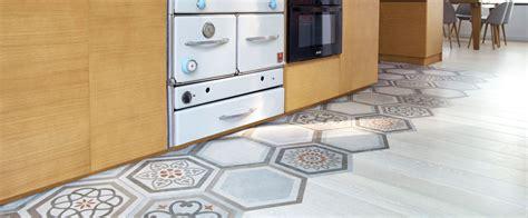cuisine rustique et moderne mixer carrelage et parquet pour délimiter un espace
