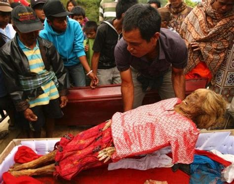 tradition indonesienne lexhumation de cadavres