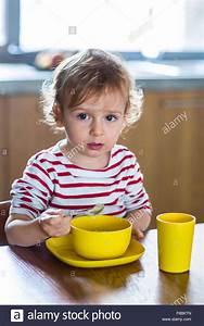 Spielzeug Für 8 Monate Altes Baby : 24 monate altes baby m dchen alleine essen unabh ngigkeit training stockfoto bild 91226149 ~ Yasmunasinghe.com Haus und Dekorationen